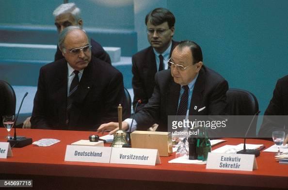 Treffen von 34 Aussenministern im Rahmen der 18 Tagung der KSZE in Berlin Bundeskanzler Helmut Kohl und Aussenminister HansDietrich Genscher