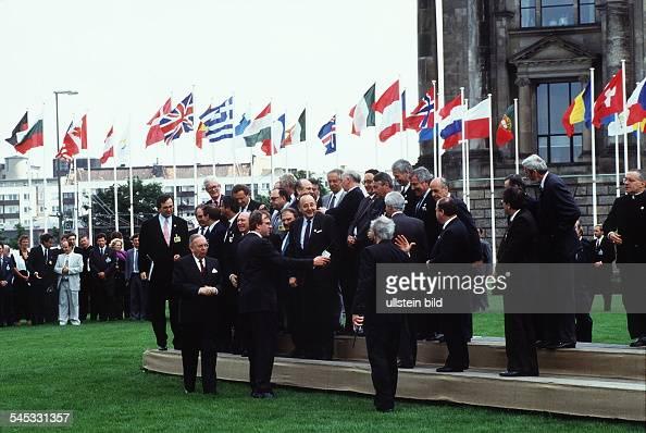 Treffen von 34 Aussenministern im Rahmender 18 Tagung der KSZE in Berlin die Teilnehmer versammeln sich zurGruppenaufnahme vor dem Reichstagsgebäude