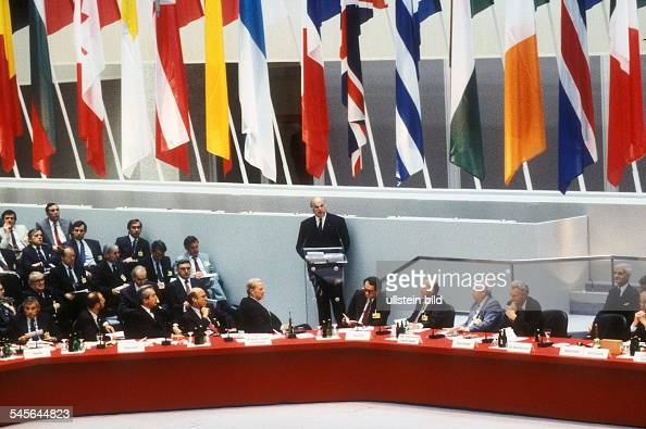Treffen von 34 Aussenministern im Rahmender 18 Tagung der KSZE in Berlin Bundeskanzler Helmut Kohl am Rednerpultim Plenarsaal des Reichstagsgebäudes