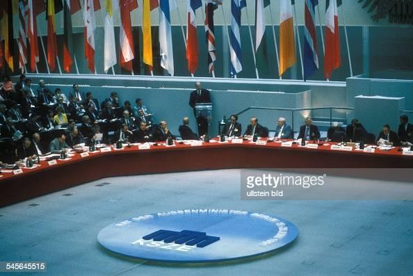 Treffen von 34 Aussenministern im Rahmender 18 Tagung der KSZE in Berlin Blick in den Sitzungssaal während einerRede von Bundeskanzler Helmut Kohl