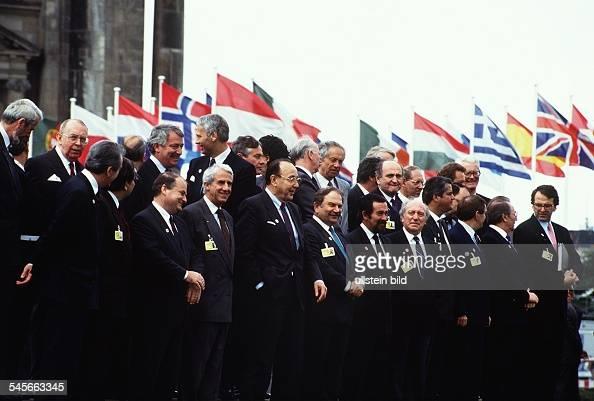 Treffen von 34 Aussenministern im Rahmender 18 Tagung der KSZE in Berlin Gruppenaufnahme der Konferenzteilnehmervor dem Reichstagsgebäude