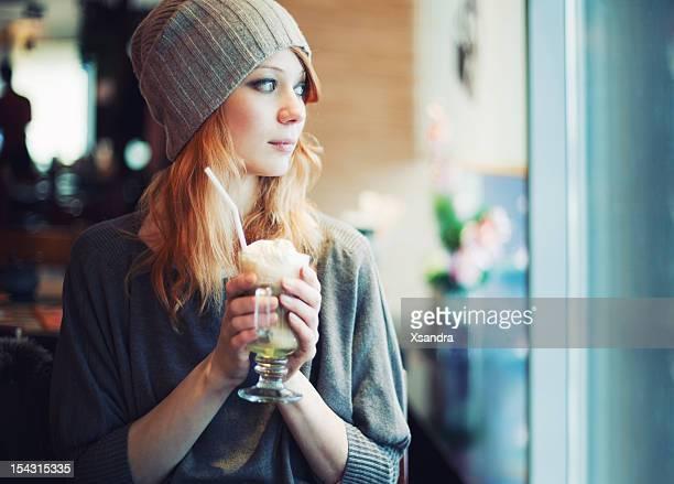 Modische Mädchen in einem Café