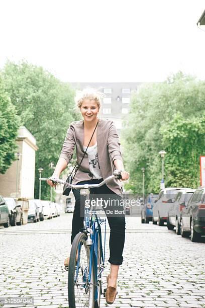 Moda mulher jovem com bicicleta na cidade de rua fundo,