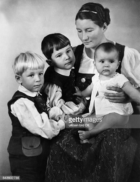 Trenker Luis Film director Architect Actor Austria/Italy *04101892 his wife Hilda von Bleichert with their 3 children 1939Vintage property of...