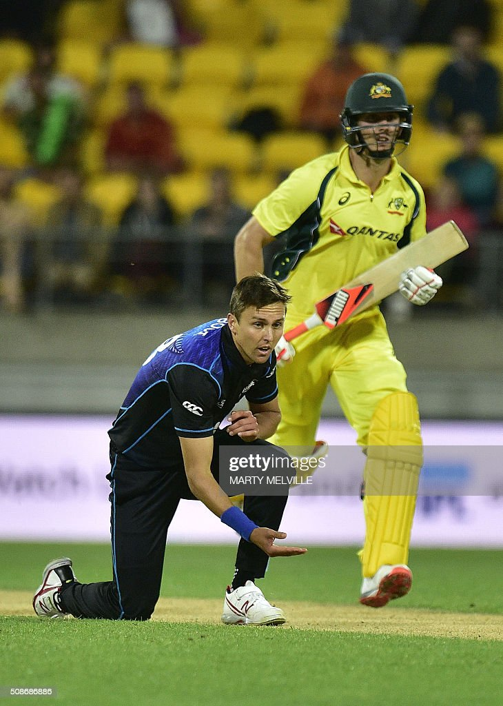 Trent Boult (L) of New Zealand gestures as Mitchell Marsh of Australia makes a run during the second one-day international cricket match between New Zealand and Australia at Westpac Stadium in Wellington on February 6, 2016. AFP PHOTO / MARTY MELVILLE / AFP / Marty Melville