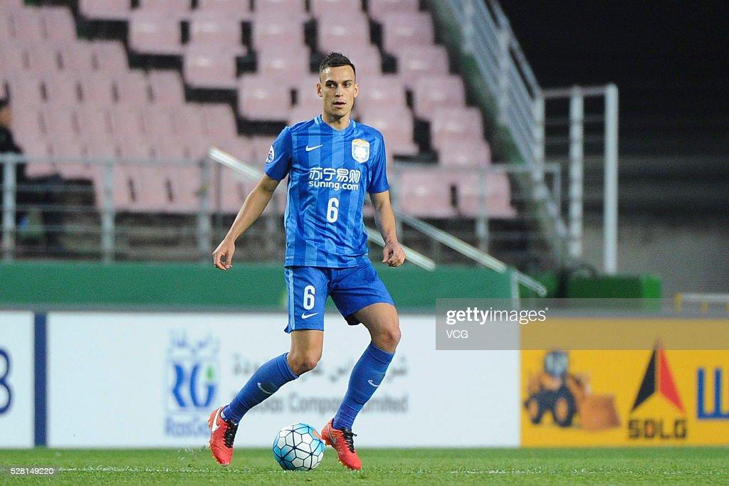 <a gi-track='captionPersonalityLinkClicked' href=/galleries/search?phrase=Trent+Sainsbury&family=editorial&specificpeople=5622355 ng-click='$event.stopPropagation()'>Trent Sainsbury</a> #6 of Jiangsu Suning drives the ball during the AFC Asian Champions League match between Jeonbuk Hyundai Motors FC and Jiangsu Suning FC at Jeonju World Cup Stadium on May 4, 2016 in Jeonju, South Korea.