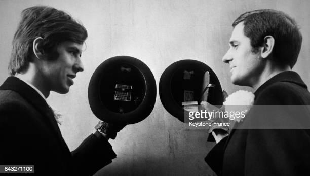 Trevor Fleming à gauche tient un chapeau melon équipé d'un petit transistor tandis que Peter Gregory tient un chapeau muni d'un compartiment de...