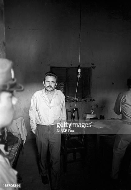 Trial Of Regis Debray In Camiri Bolivia En Bolivie le 8 Octobre 1967 à Camiri dans la cellule de sa prison Régis DEBRAY écrivain philosophe portant...