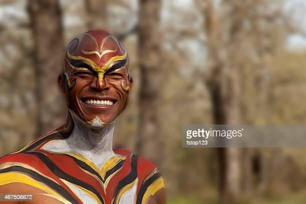 Tribale d'Afrique homme avec peinture corporelle à l'extérieur. Chasseur, Posture du guerrier. Forest.