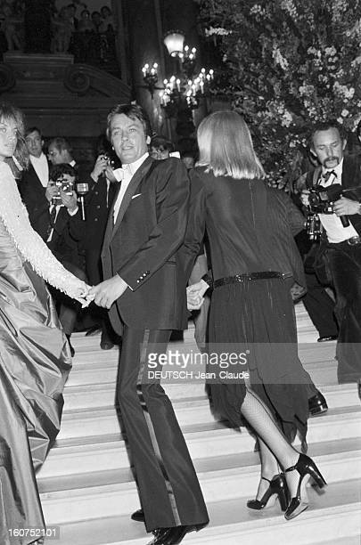 Tribute To Luchino Visconti At The Paris Opera Le 29 septembre 1980 à l'opéra de Paris en France Alain DELON donnant la main à Dalila DI LAZZARO à...