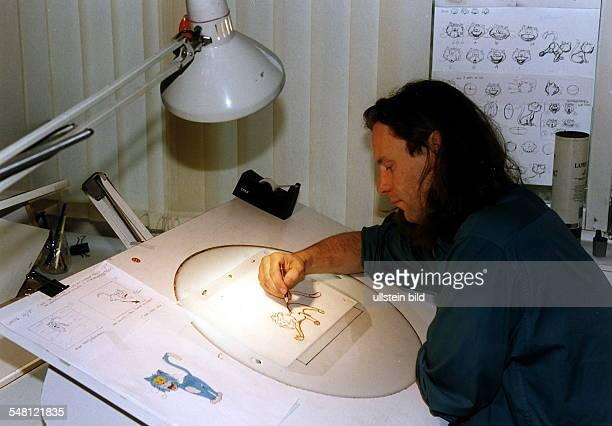 Trickfilmzeichner zeichnet eine Trickfilmfigur Filmstudios Babelsberg 1996