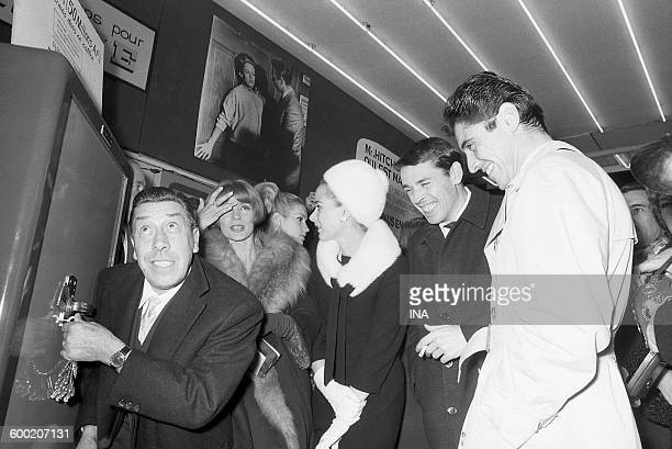 FERNANDEL tries to open a safe under the look amused of Jacques Brel and Sacha Distel