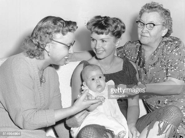 trio-of-mothers-hollywood-actress-debbie-reynolds-holding-daughter-picture-id514964964