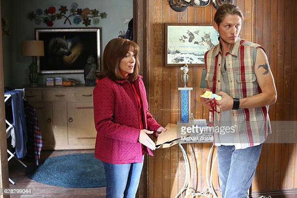 THE MIDDLE Trip and Fall Trashy neighbor Rita Glossner talks an apprehensive Frankie into taking a road trip to an unknown destination Mike takes an...