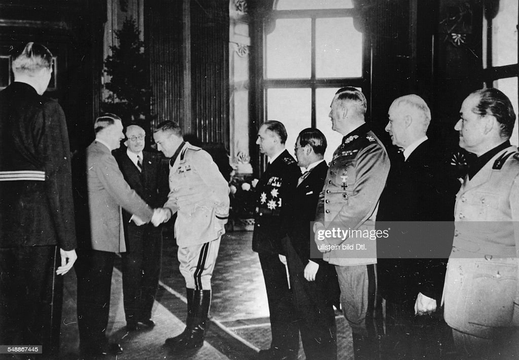 Reception at the Upper Belvedere in Vienna after the agreement was signed: Adolf Hitler welcomes the Italian Foreign Minister Count Galeazzo Ciano; in group: Prime Minister Paul Teleki v. Szek (Hungary), next to Ciano to the right: the Hungarian Foreign Minister Stefan Count Csaky v. Koeresszegh and Adorjan, the Ambassador Saburo Kurusu (Japan), Field Marshal Wilhelm Keitel, chief of High Command of the Armed Forces (OKW ), the Hungarian Minister Doeme Szt¾jay, the Italian Ambassador Gino Buti, far left: Sandro Frhr. v. Doernberg, Chief of Protocol - - Photographer: Presse-Illustrationen Heinrich Hoffmann - Published by: 'Berliner Volkszeitung' Vintage property of ullstein bild