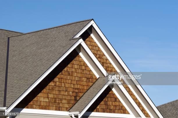 Trois pics de la maison sur le toit