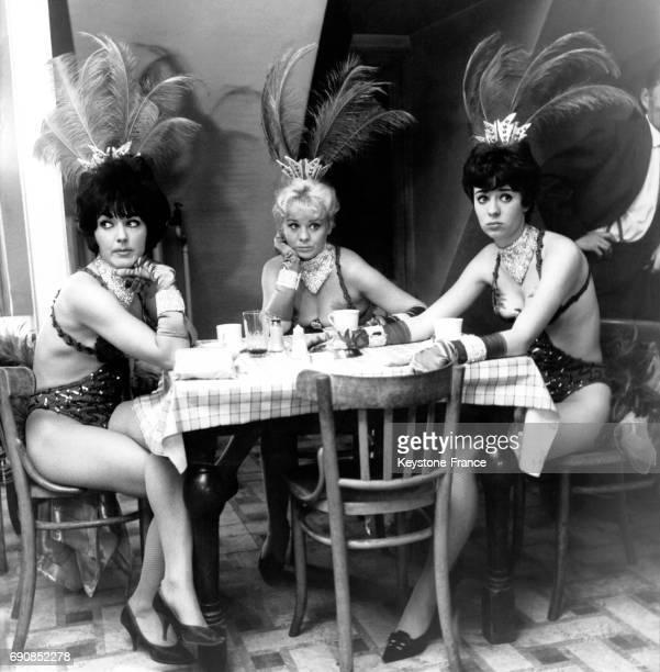 Trois des danseuses du Windmill Theatre sont tristes à l'idée que le cabaret ferme ses portes définitivement à Londres RoyaumeUni le 2 octobre 1964