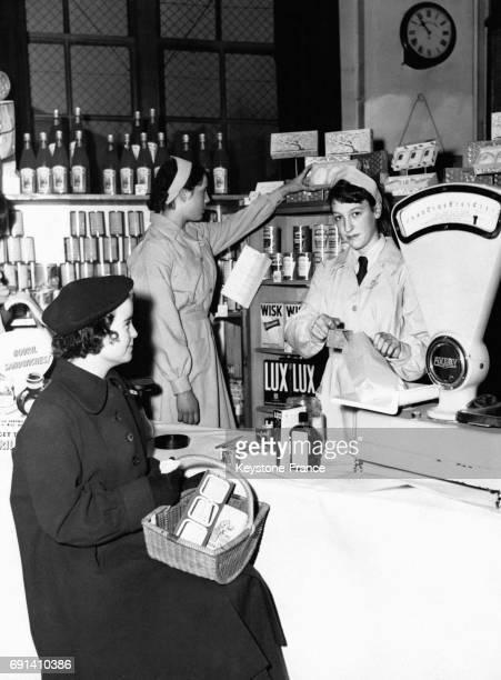 Trois jeunes adolescentes de 14 ans apprenant à tenir une boutique lors d'une formation professionnelle le 13 décembre 1955 à la LCC Silverthorne...