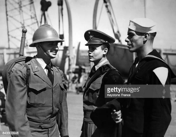 Trois officiers du contingent mexicain débarquent à Southampton pour participer à la parade de la Victoire le 19 mai 1946 à Southampton RoyaumeUni