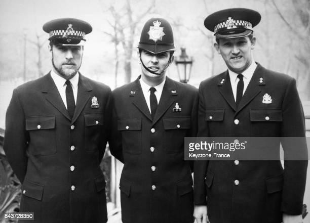 Trois policiers portant des nouveaux uniformes expérimentaux avec de gauche à droite l'uniforme de l'agent de police au centre l'uniforme de sergent...