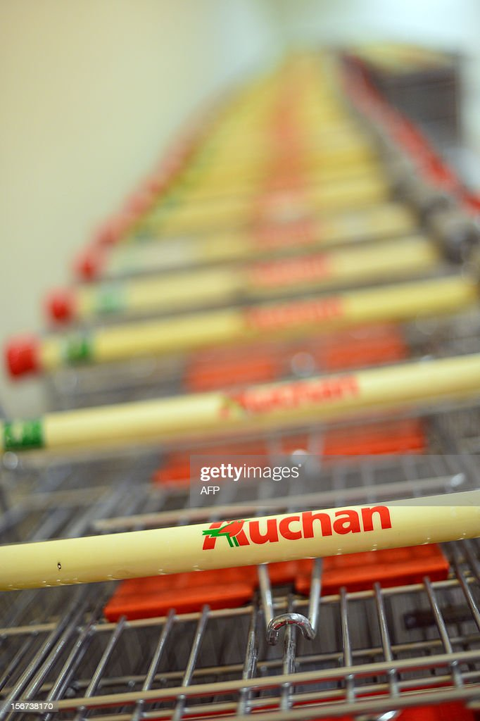 Trolleys are parked outside a Auchan supermarket in Rome on November 19, 2012 in Rome. AFP PHOTO / GABRIEL BOUYS