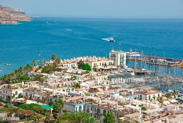 Trópico con una pintoresca marina villas