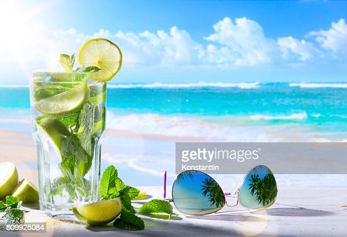 tropic summer vacation; Exotic drinks on blur tropical beach background : Foto de stock