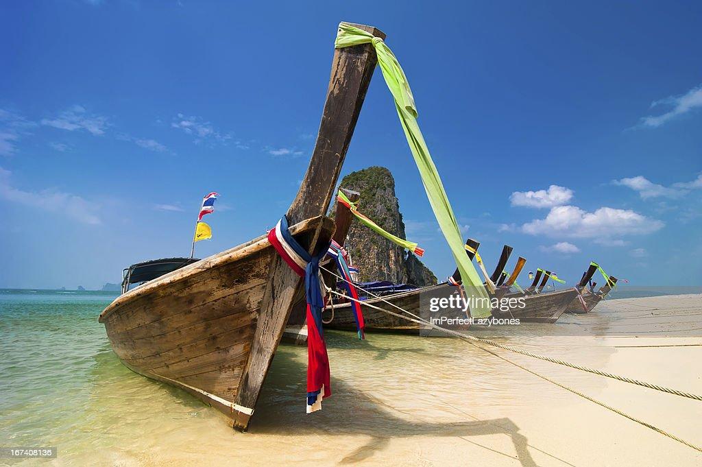 Spiaggia tropicale paesaggio. Tailandese barche a coda lunga sull'oceano Costa : Foto stock