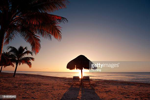 Tropischen Strand bei Sonnenuntergang in Vacation Resort Hotel, Cancun, Mexiko
