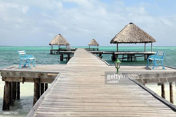 Tropischen Strand mit pier