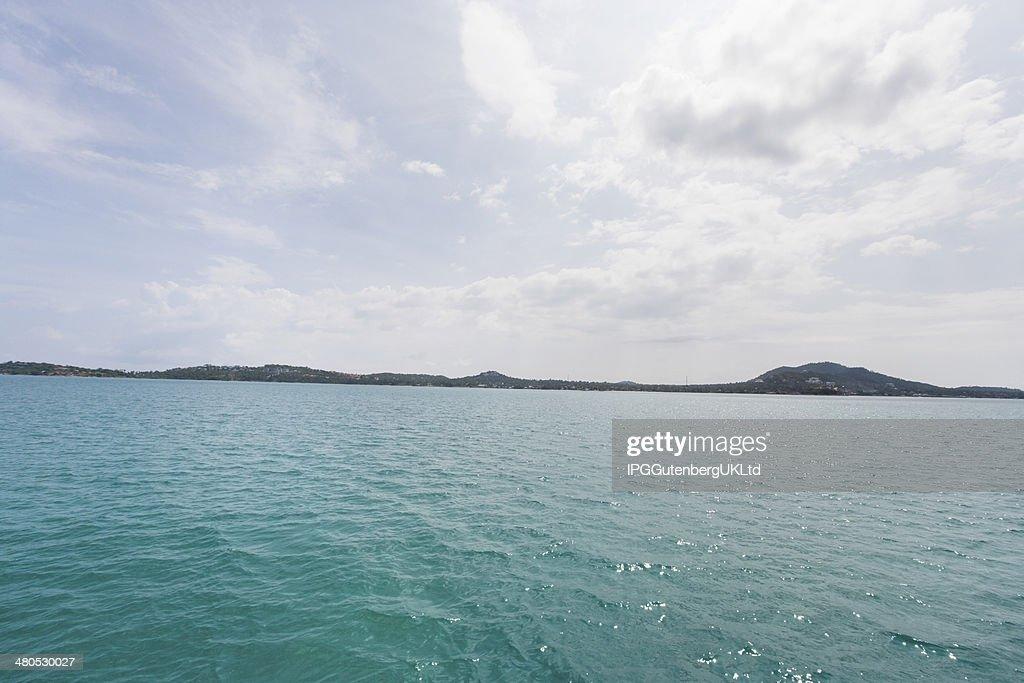 トロピカルブルーの海と島の背景;コーサムイは、タイ : ストックフォト