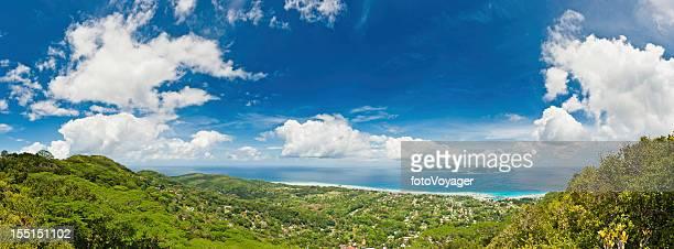トロピカルブルーの海と島ののどかなリゾートのパノラマ