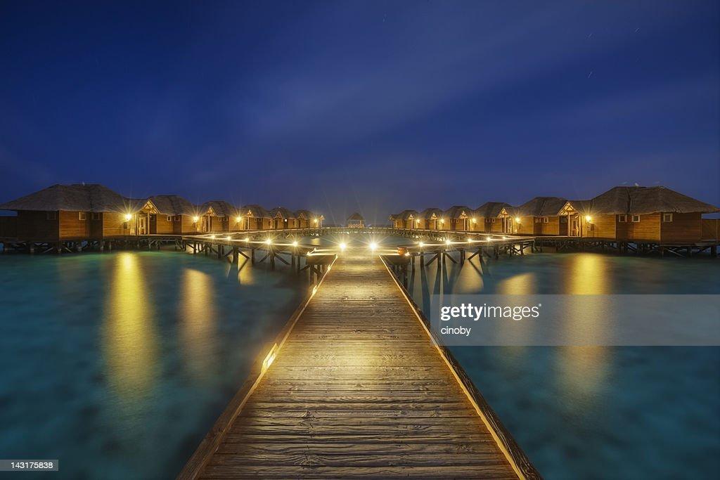 夜中に明かりが輝くモルディブ