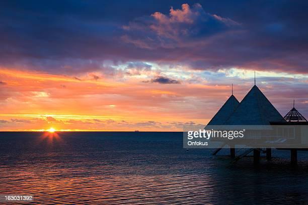 Paradis Tropical du centre de villégiature de luxe sur pilotis au coucher du soleil