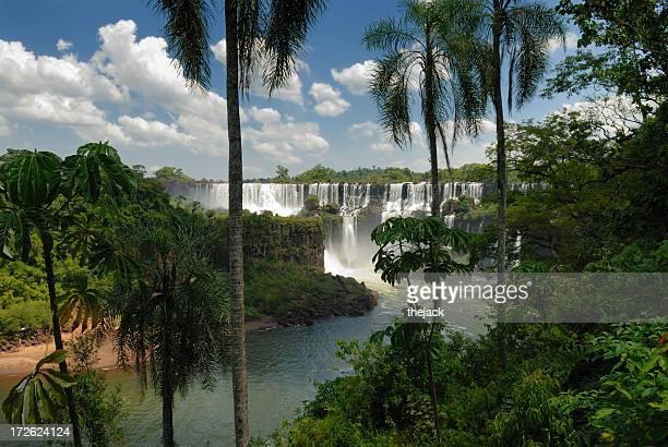 Tropisches Paradies mit Wasserfall