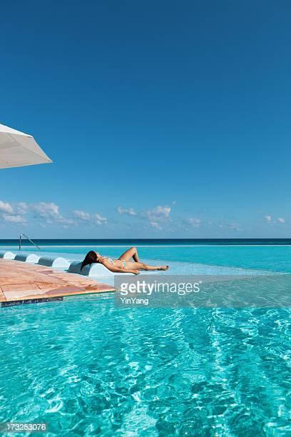 Vacaciones tropicales Resort de relajarse en la piscina de borde infinito