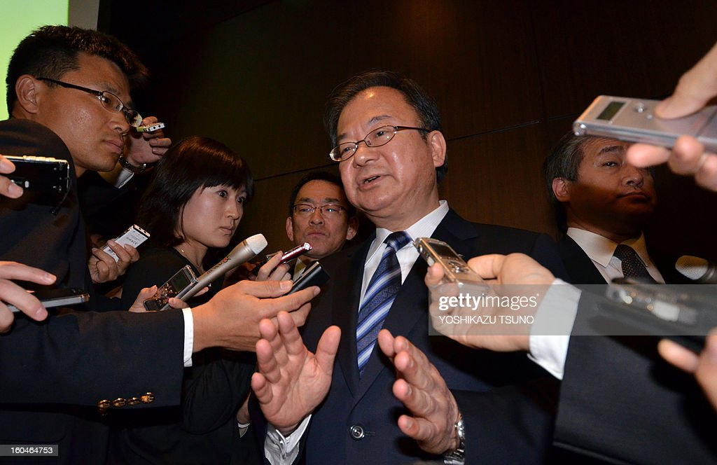 Troubled Japanese electronics giant Sharp president Takashi Okuda (C) is surrounded by reporters after he announced the company's third-quarter financial results in Tokyo on February 1, 2013. Sharp said on February 1 that its loss in the nine months to December doubled to 4.6 billion USD as the embattled Japanese electronics giant struggles to repair its tattered balance sheet. AFP PHOTO / Yoshikazu TSUNO