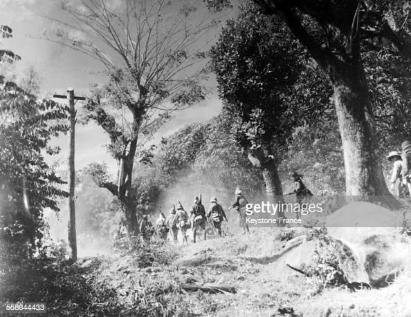 Troupes japonaises avançant dans la brousse près de Port Moresby en NouvelleGuinée en 1942