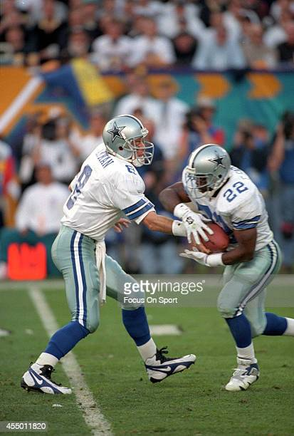 Troy Aikman of the Dallas Cowboys turns to hand the ball off to running back Emmitt Smith against the Pittsburgh Steelers during Super Bowl XXX on...