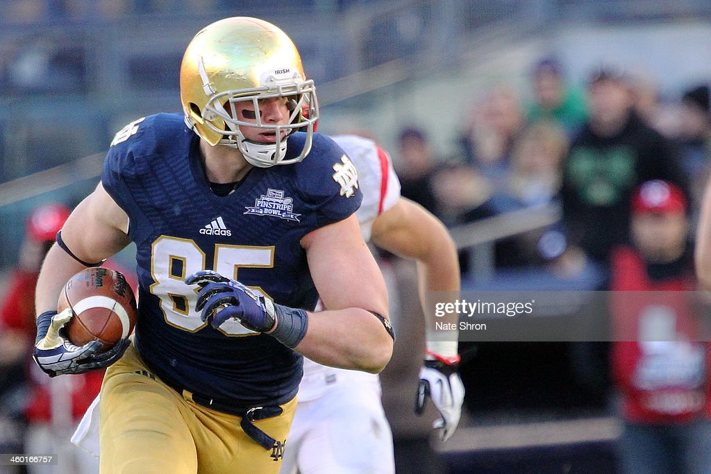 Troy Niklas #85 of the Notre Dame Fighting Irish runs the ball against the Rutgers Scarlet Knights during the New Era Pinstripe Bowl at Yankee Stadium on December 28, 2013 in the Bronx Borough of New York City.