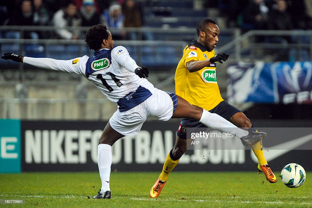 Troyes' Brazilian defender Carlos Eduardo Rincon (L) vies with Sochaux' Ghanaian forward Ishmael Yartey (R) during a French cup football match Sochaux (FCSM) vs Troyes (ESTAC) on February 26, 2013, at the Auguste Bonal Stadium in Montbeliard, eastern France. AFP PHOTO / SEBASTIEN BOZON