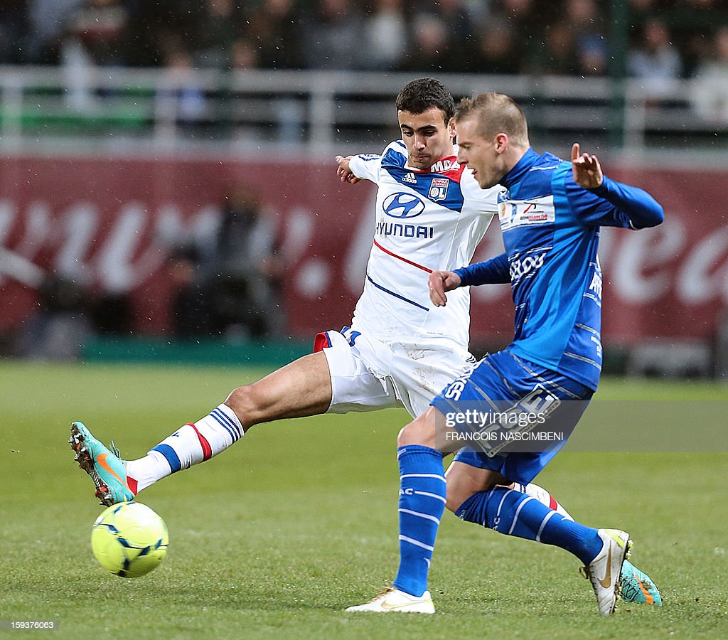Troyes' French midfielder Stephane Darbion (R) vies with Lyon's midfielder Maxime Gonalons (L) during a French L1 football match between Troyes and Lyon on January 12, 2013 at the Aube Stadium in Troyes. AFP PHOTO / FRANCOIS NASCIMBENI