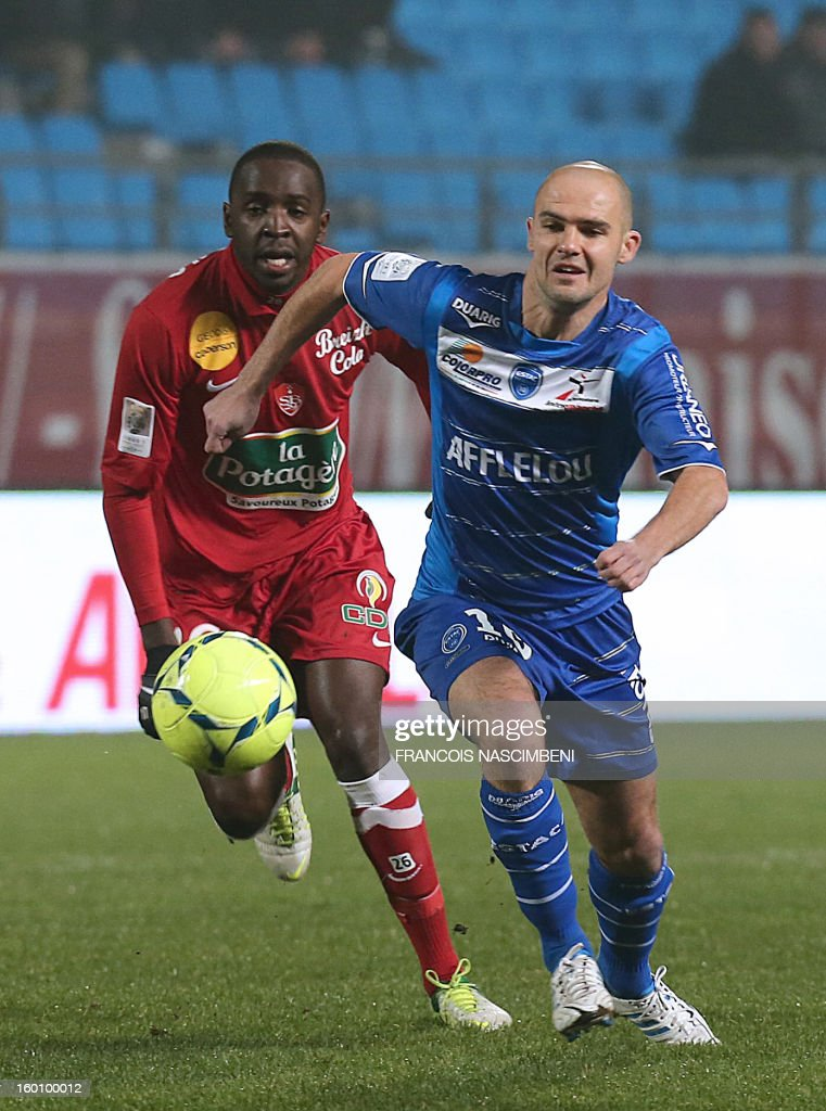 Troyes' midfielder Benjamin Nivet (R) vies with Brest's French midfielder Abdoulwhaid Sissoko (L) during the French L1 football match Troyes vs Brest on January 26, 2013 at the Aube stadium in Troyes. PHOTO FRANCOIS NASCIMBENI