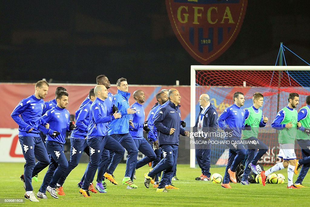 Troyes' players warm up before the French L1 football match Gazelec Ajaccio (GFCA) against Troyes (ESTAC) on February 13, 2016, at the Ange Casanova stadium in Ajaccio, on the French Mediterranean island of Corsica. / AFP / PASCAL POCHARD CASABIANCA