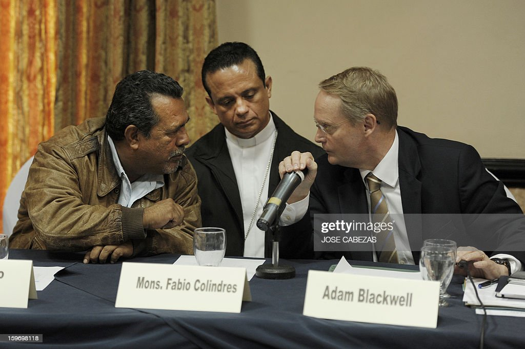 Truce mediators Raul Mijango (L) and Catholic priest Fabio Colindres (C), and the Secretary for Multidimensional Security of the Organization of American States, Adam Blackwell, offer a press conference at a hotel in San Salvador, on January 18, 2013. Balckwell and mediators of the truce between gangs announced that the second phase of the truce begins tomorrow. AFP PHOTO/ Jose CABEZAS