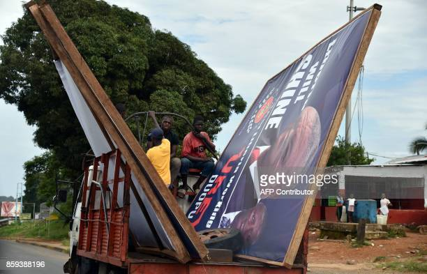 A truck carries a campaign poster on October 9 2017 in Monrovia on the last day of the Liberian presidential campaign / AFP PHOTO / ISSOUF SANOGO
