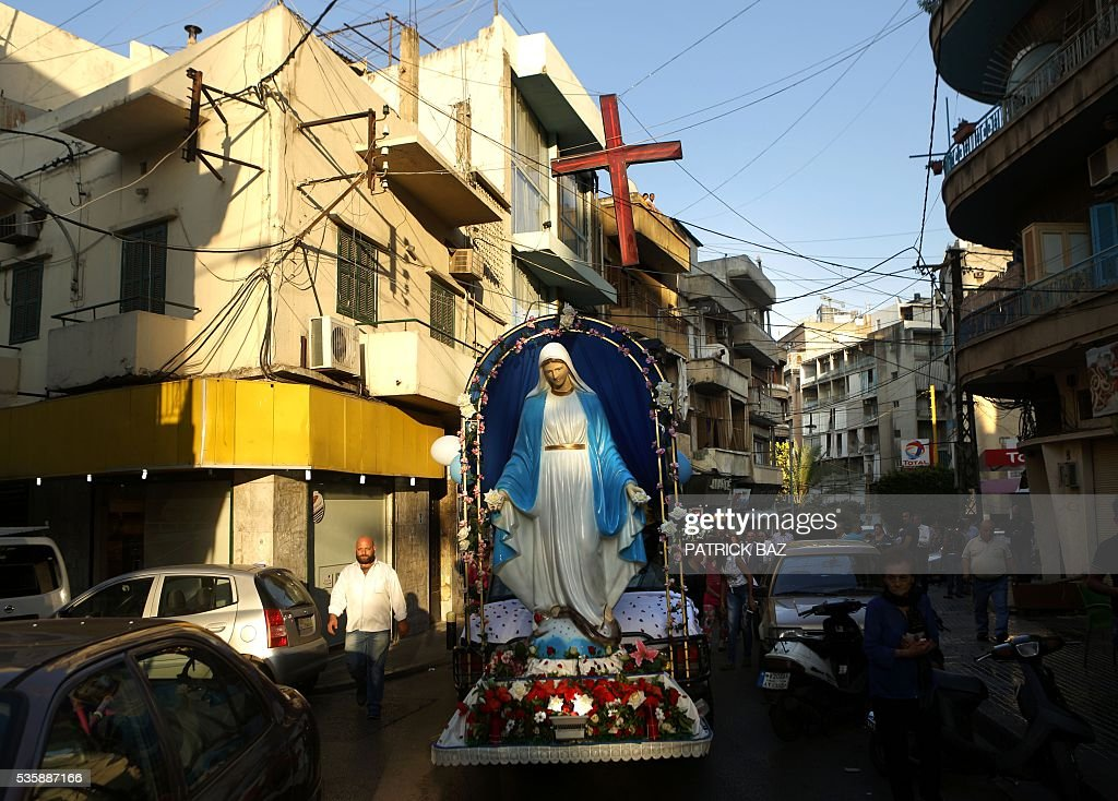 A truck carrying a statue of Virgin Mary leads a procession marking the month of Virgin Mary in the streets of the Beirut Christian dominated neighbourhood of Ashrafiyeh on May 30, 2016. / AFP / PATRICK BAZ