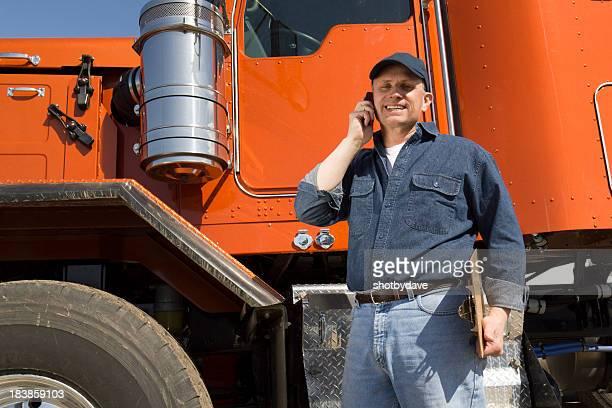 LKW-Fahrer auf Handy