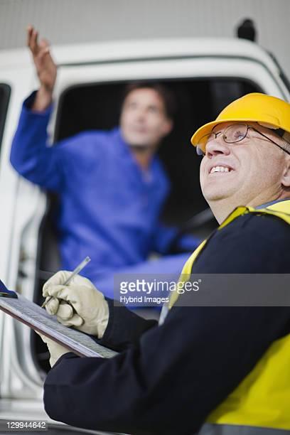 LKW-Fahrer Gespräch mit Arbeiter