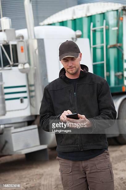 Chauffeur routier avec un Smartphone